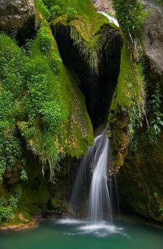 Hearts in Nature / Waterfall Surprises in nature Heart In Nature, All Nature, Heart Art, Amazing Nature, Beautiful World, Beautiful Places, Beautiful Pictures, Mother Earth, Mother Nature