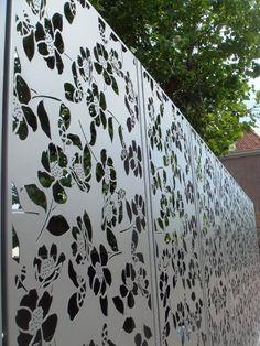 งานเหล็กฉลุแบ่งพื้นที่ในสวนหากทำด้วยเหล็กที่ไม่มีสนิมคงจะสวยและทนไปอีกนานแสนนานค่ะ สั่งกับเราได้ที่ Line : signdd นะค่ะ Metal gate panel in Amsterdam.