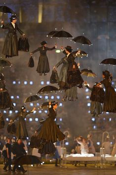 A flock of Mary Poppins descend to the stage during the Opening Ceremony - 2012 Summer Olympics (London) Mary Poppins, Umbrella Art, Under My Umbrella, Singing In The Rain, Scenic Design, Stage Design, Olympic Games, Belle Photo, Pretty