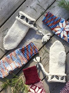 Traditional Northern Lovikka Mittens keep your hands warm during cold winter. Lace Patterns, Knitting Patterns Free, Free Knitting, Stitch Patterns, Norwegian Knitting, Stockinette, Wool Yarn, Hand Warmers, Fingerless Gloves