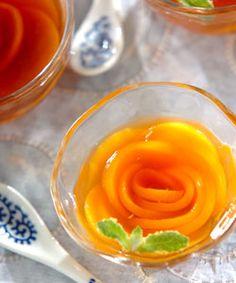 ウーロンピーチゼリー サッパリとしたウーロン茶のゼリーは、おやつにも食後にもピッタリ。花のように並んだ桃がキレイです。