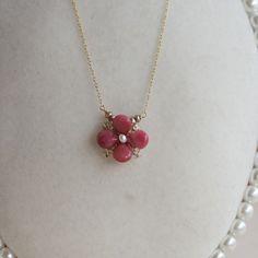 濃い目のピンクのジャスパーをお花の形にした愛らしいネックレスです。お花の真ん中は、ホワイトの淡水パールを。花びらの間にはクリアーにゴールドが入っているビーズ。...|ハンドメイド、手作り、手仕事品の通販・販売・購入ならCreema。