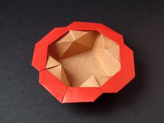 Origami poesie di carta - Direct link to diagrams by Francesco Guarnieri at http://www.origami-cdo.it/modelli/pdf/myScatolastella-fiore2.pdf