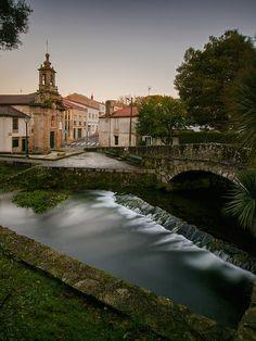 En Santiago de Compostela hay más de 40 iglesias. En la foto podemos ver el Carmen de Abaixo, ubicada junto al río Sarela.