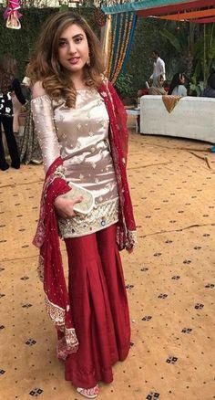 Design news : शादी मे इन शरारा को जरूर पहनें सुन्दर दिखने के लिए। Pakistani Wedding Outfits, Pakistani Dresses, Indian Outfits, Pakistani Sharara, Pakistani Party Wear, Indian Gowns, Indian Wear, Stylish Dresses, Fashion Dresses