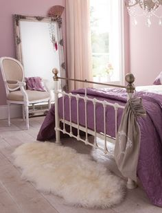 Gorgeous, glamorous girlie bedroom…. Image by Isme.