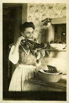 Eat How can they possibly explain these strange photos from the past. Vintage Humor, Funny Vintage Photos, Vintage Photographs, Funny Photos, Vintage Bizarre, Creepy Vintage, Creepy Pictures, Old Pictures, Creepy Old Photos