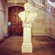 Instant de poésie surréaliste pour le buste de #Jaurès au #Capitole  #Toulouse #ByToulouse #visiteztoulouse #igerstoulouse #clic_toulouse #toptoulousephoto #mahautegaronne #TourismeHG #tourismeoccitanie #JeanJaurès #CapitoledeToulouse #ballon #ballondebaudruche #blueballoon #balloon #statue #sculpture #latergram