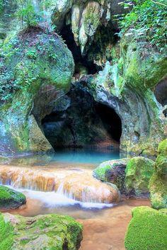 Caverna Maya, Belice.  No es fácil llegar al sistema de cavernas en Belice. Manejar varias horas por una escarpada terracería a través de la selva —y con arboles derribados bloqueando el camino— ahuyenta al turista típico de la gruta. De cierta forma, eso es mejor para los delicados sistemas naturales en la red de cavernas.   Esta red serpentea debajo de la superficie en el Parque Nacional Chiquibul, una reserva de 107,000 hectáreas en el Macizo de las Montañas Mayas en Belice.