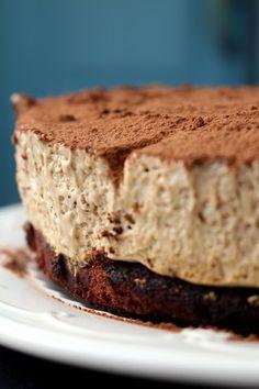 Bolo de Chocolate sem Farinha com Mousse de Café: Assim que vi a receita deste bolo soube logo que tinha de experimentar. A gula falou mais alto e no fim-de-semana atrevi-me. E ainda bem que o fiz. É ...
