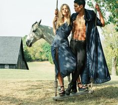 Anna Ewers and Edie Campbell pose in a Kentucky pasture with prized horses for Versace Spring/Summer 2017 ad campaign. Fashion Tape, Fashion 2017, Spring Fashion, Fashion Online, Womens Fashion, Fashion Websites, Luxury Fashion, Fashion Editor, Editorial Fashion