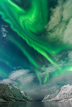 💙 Aurora sur un nuage par Lars-Espen Langhaug Tromso, All Nature, Amazing Nature, Science Nature, Norway Nature, Beautiful Sky, Beautiful Places, Northen Lights, Natural Phenomena