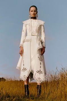 Alexander McQueen Resort 2019 Fashion Show - Alexander McQueen Resort 2019 London Collection – Vogue - Fashion Week, Trendy Fashion, Runway Fashion, Fashion Art, Fashion Models, Spring Fashion, Autumn Fashion, Fashion Design, Cruise Fashion