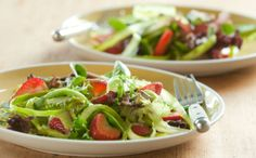 Las ensaladas se constituyen como fuentes importantes de alimentos para el desarrollo del niño. Combina manzanas, tomates con rabanitos, y soprende a tu peque.