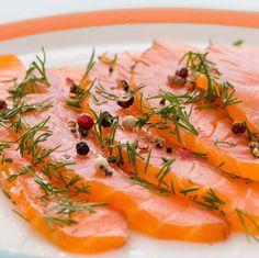 En la foto se ha servido el salmón marinado en taquitos, rociado con aceite de oliva y una reducción de balsámico, y acompañado de huevo duro picado y unos pepinillos.