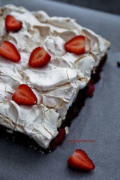 Brownie mit Erdbeeren und Baiser