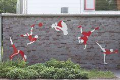 #Rendsburg Fünf Personen in sportlicher und dynamischer Bewegung zieren die Wand der Sporthalle. Fast scheint es, als würde jede Figur die Bewegung des Vorgängers aufgreifen und fortführen. Auf diese Weise en...