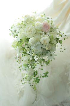 セミキャスケードブーケ 軽やかに スズランとバラとフランネルフラワーで : 一会 ウエディングの花