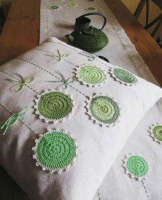 ide sa po zelenej a režnej. Crochet Cushion Cover, Crochet Cushions, Crochet Pillow, Crochet Blanket Edging, Crochet Mandala Pattern, Crochet Patterns, Crochet Leaves, Crochet Doilies, Crochet Flowers