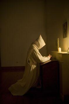 A monk at prayer - Fernando Moleres