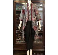Kebaya batik Batik Blazer, Blouse Batik, Batik Dress, Kebaya Dress, Batik Kebaya, Blouse Dress, Traditional Fashion, Traditional Outfits, Muslim Fashion