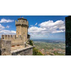 LA SECONDA TORRE .      . . . . #landscape #nature #sun #mountain #borgo #castello #borghiditalia #medieval #middleage #tower #sanmarino #rimini #summer #travel #castle #view #panorama #vivoemiliaromagna #loves_emiliaromagna #colore_italiano #natura #sky #emiliaromagna #igersemiliaromagna #whatitalyis #volgoitalia #igersitalia #letsgosomewhere #volgoemiliaromagna #volgosanmarino by rollopda