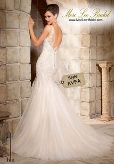 Dress Style AVFA  Embroidered Appliques On Soft Net Gown Delicate and ethereal, this sheath gown is the true definition of femininity and romance. The Deep V neckline is trimmed in soft Net and dainty floral appliques, creating a beautiful illusion effect that continues on to the Deep V back. Colors Available: White, Ivory, Light Gold Inventario de Bogotá Talla 8 Color White