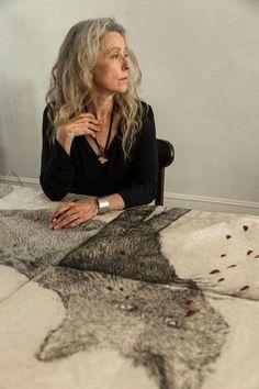 The wonderful artist, Kiki Smith - Photo: Susan Meiselas - Magnum Photos. Kiki Smith, Grey Hair Styles For Women, Grey White Hair, Wise Women, Going Gray, Great Women, Mode Inspiration, Portrait Inspiration, Art Studios