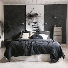 A dark bedroom with a black duvet cover - Een donkere slaapkamer met een zwart dekbedovertrek A dark bedroom with a black duvet cover – Everything to make your home your Home Home Decor Bedroom, Modern Bedroom, Bedroom Ideas, Bedroom Furniture, Dark Bedrooms, Men's Bedroom Design, Dark Gray Bedroom, Budget Bedroom, Bedroom Chair