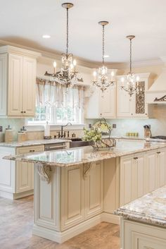 Classic Kitchen Cabinets, Glazed Kitchen Cabinets, Kitchen Cabinets Decor, Kitchen Cabinet Design, Kitchen Redo, Home Decor Kitchen, Interior Design Kitchen, Home Kitchens, White Glazed Cabinets