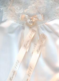 släktbroderi på doprosett Baptism Headband, Different Tones, Blue Cross, Christening Gowns, Baby Head, White Satin, Silk Ribbon, How To Make Bows, Embroidery
