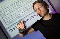 Gli sms si scrivono in aria  Lo permetterà una nuova tecnologia di riconoscimento dei movimenti del polso: un sensore indossabile che interpreta i gesti dell'utente e li traduce in lettere e parole    Leggi l'articolo su Galileo (http://www.galileonet.it/articles/512c02b4a5717a7de9000085)  Credits immagine: Volker Steger