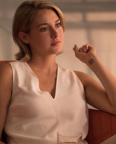 guys stand back she has her * bitch what? Divergent Hair, Divergent Fandom, Divergent Trilogy, Divergent Insurgent Allegiant, Tris Tattoo, Divergent Tattoo, Shailene Woodley, Theo James, Fangirl Book