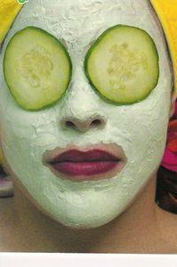 Home Remedies to Remove Wrinkles  Homemade wrinkle remedies work and save money.  Wrinkles are inevitable. Repetition of facial expressions causes lines and creases in the face over time. In addition, exposure to free radicals in the environment, smoking, overexposure to the sun, stress, weight loss and improper diet can cause wrinkles.