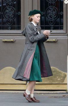 """Exclusif - Lily-Rose Depp fait ses premiers pas d'actrice sur le tournage de """"Planetarium"""" à Paris le 29 septembre 2015. La fille de Johnny Depp et Vanessa Paradis partage l'affiche du film de Rebecca Zlotowski avec l'actrice Natalie Portman."""