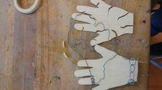 8. Ik heb deze les twee steuntjes van hout gemaakt waar de handen op kunnen steunen dit ging erg langzaam, want dit moet precies op maat zijn