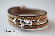 Vernada Design -nahkakäsikoru, vaaleabeige, tikattu, KUOLAIN, kapea #Vernada #jewelry #koru #nahkaranneke #nahkakoru #rannekoru #bracelet #kieputettava #wraparound #leather #suomestakäsin #käsityökortteli #finnishdesign #finnishfashion #kuolain #hevoskoru