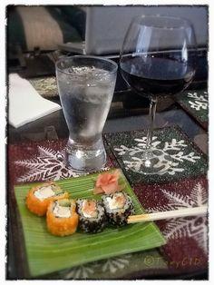 Una botana de lujo para ver el Supér Bowl... Sushi, vino tinto y agua mineral.