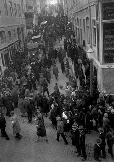 A Calçada do Stº Sacramento, 1912 Sacramento, History Of Portugal, Lisbon Portugal, Historical Photos, Portuguese, Vintage Photos, The Neighbourhood, Greece, Around The Worlds