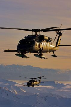El Sikorsky HH-60 Pave Hawk es un helicóptero de búsqueda y rescate de combate derivado de la familia Sikorsky S-70. Estos son de la guardia de Alaska.                                                                                                                                                     Más