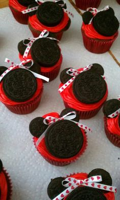 Minnie Mouse Cupcakes! Could easily make Mickey ones
