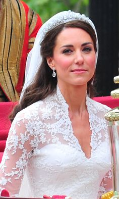 The Duchess of Cambridge was the perfect bride with fresh pink blush and a subtle smoky eye. Kate Wedding Dress, Kate Middleton Wedding Dress, Royal Wedding Gowns, Princess Kate Middleton, Kate Dress, Royal Weddings, Royal Wedding 2011, Duchess Kate Pregnant, William Kate Wedding