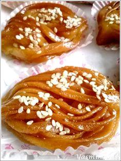 Salam alyakoum/bonjour, Je crois que j'arrive à la fin de mes recettes orientales spéciales Aid El Kébir 2013, voici donc l'ultime recette, celle des bouchnikas qui sont tout simplement une sorte de chebakais façonnées en fils minces assemblés entre eux....