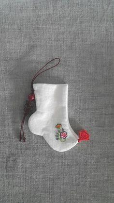 버선 -my collection Korean Traditional Dress, Traditional Outfits, Hanbok Wedding, Korean Socks, Korean Crafts, Korean Accessories, Wedding Socks, Korean Jewelry, Korean Hanbok