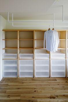 心地よい住まいに求めるもの、それは暮らしやすい間取り、そして、気持ちの良い光環境。今回のリノベーションでは「ひるとよるのあかり」が美しく整えられ、時間の流れによる光の変化までもデザインされた住まいが完成しました。写真:石田篤(IPS)[[company_board:norifumiaoki_studio]] 子どもがのびのびと動ける「回遊動線」、家事の作業効率もアップ 低層マンションの最上階、窓… Corner Wardrobe, Open Wardrobe, Wardrobe Storage, Muji Storage, Laundry Room Storage, Locker Storage, Muji Home, Closet Layout, Closet Bedroom