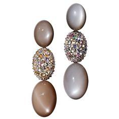 CREME RAYS - Indische Mondsteine in Grau- und Brauntönen, Sri-Lanka-Saphire und naturfarbenes Diamanten, gefasst in Weißgold.