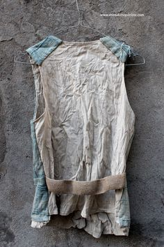 The gillets are also made of indigo-dyed fabrics from Mali. The washed lived cotton makes every gillet different. A few of the gillets are made of the bogolan fabric, an earth-colored traditional dyed cotton from Mali. Washing makes them more beautiful.