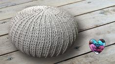 Free crochet floor pouf tutorial with step by step video. Ribbed style floor pouf with easy drawstring insert made from 2 pillow cases. Lidia Crochet Tricot, Crochet Pouf, Knitted Pouf, Crochet Cushions, Crochet Pillow, Crochet Gratis, All Free Crochet, Crochet Designs, Crochet Stitches