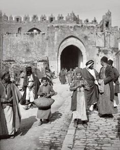 Very early 1900s Everyday Palestinian Life. Jerusalem. Vintage early 20th Century black&white photography showing a Muslim Marketplace in Palestine, pre-occupation    بوابة دمشق (باب العامود) القدس ١٩٠٠