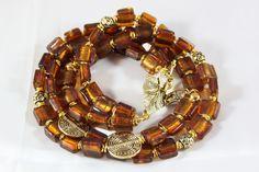 Magnifique collier Multi-rangs fait de perles verre appelées perles feuille d'argent couleur topas, monté sur câble spécial bijoux. Magnifique bijoux pour occasions exceptionnel mais peut se porter sur tenue de sortie ordinaire afin de donner du peps! Faites vous plaisir!